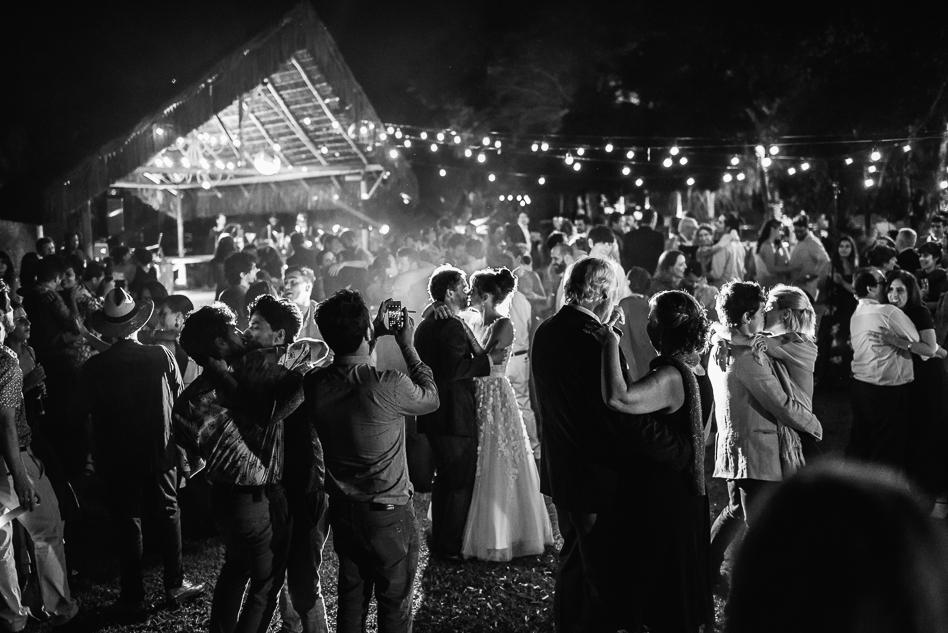 Som e iluminação: pista de dança ao ar livre - Foto Clara Sampaio Fotografia